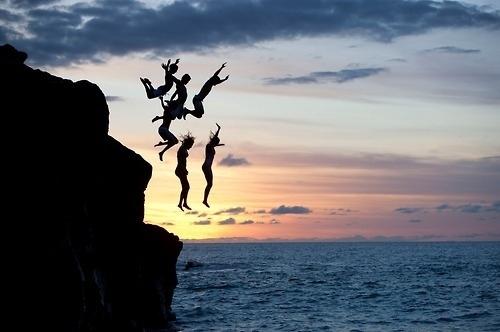 cliff-friends-group-jump-ocean-people-favim-com-104227_large